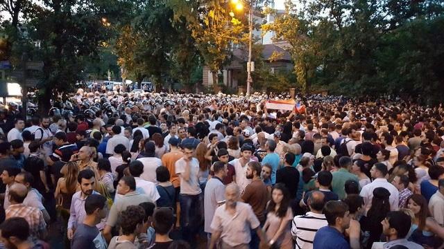 Демонстранты перекрыли движение в центре Еревана