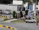 صور: مراسل الجزيرة: قتيل و13 مصابا في هجوم انتحاري على قوات الأمن في كراتشي  / أحداث
