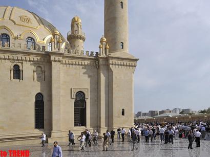 عکس: اعتراض اداره مسلمانان قفقاز به پخش چند جدول مختلف اوقات شرعی ماه مبارک رمضان در باکو / اجتماعی
