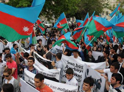 عکس: تظاهرات اعتراض آمیز در مقابل سفارت ایران در باکو (گزارش تصویری)  / سیاست