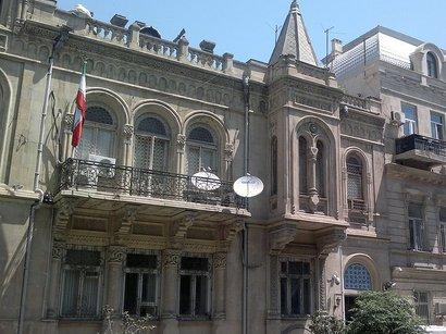 عکس: تبعه ایرانی بازداشت شده در مقابل سفارت اسرائیل در باکو به کشورش باز گشت / سیاست