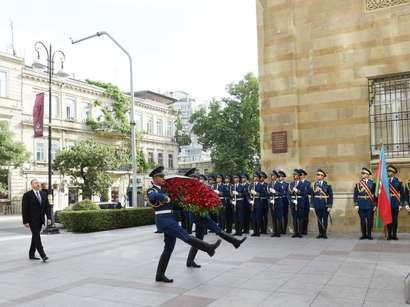 صور: الرئيس إلهام علييف يزور النصب التذكاري الذي اقيم على شرف جمهورية أذربيجان الشعبية  / سياسة