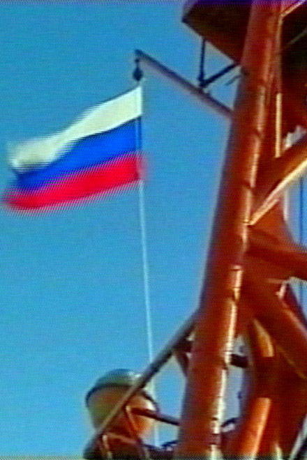Russia plants flag on Arctic floor (video)