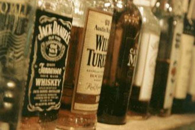 Hindistanda üç gün ərzində 100-ə yaxın insan saxta içkilərdən ölüb