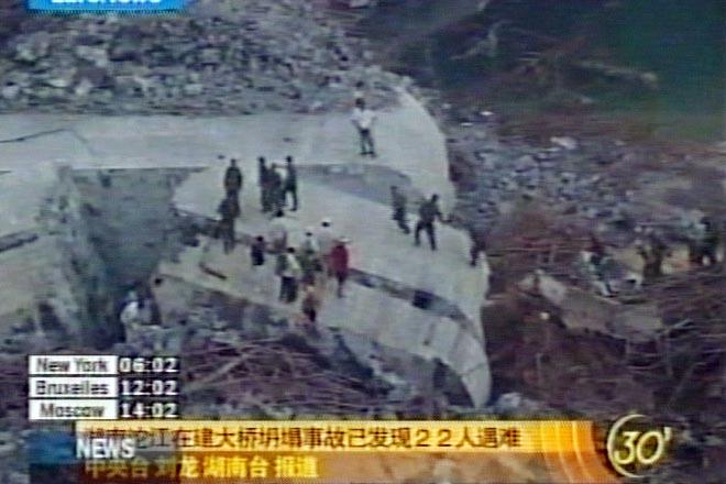 В Китае в результате обрушения строящегося моста погибли 14 человек, около 65 считаются пропавшими без вести (видео)