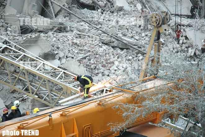 Из-под развалин рухнувшего в Баку здания извлечен живой человек (видео)