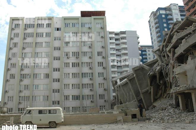 """В конструкции еще одного здания, построенного компанией """"Мутефеккир"""" в Баку найдены дефекты - фотосессия"""