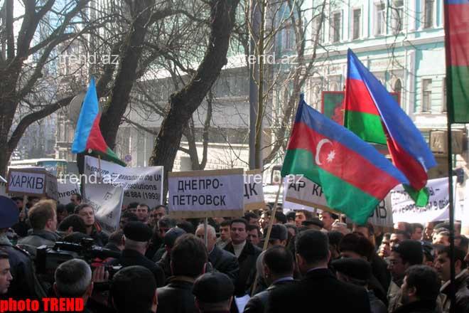 Azərbaycanlılar Ermənistanın Ukraynadakı səfirliyi qarşısında işğal edilmiş əraziləri tərk etmək tələbi ilə  piket keçiriblər