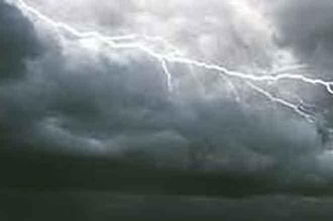В Японии девять человек попали в больницы после удара молнии
