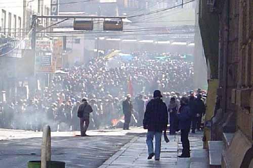 Se ve a la policía boliviana unirse a las dispersas protestas contra Morales 2