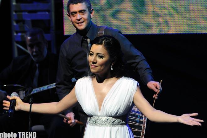 Я объелся азербайджанского кябаба, поэтому еле-еле наклоняюсь за цветами- турецкий певец Алишан (фотосессия)