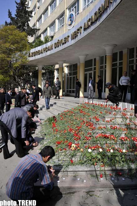 Перед зданием Азербайджанской Нефтяной Академии - слезы и цветы...(фотосессия)