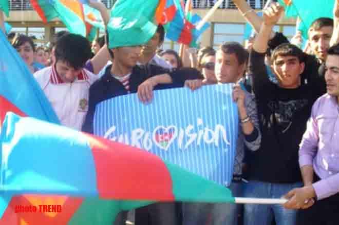 Тысячи людей торжественно встретили Айсель и Араша в Баку (Фотосессия)