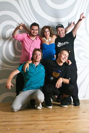 Шоу-бизнес ассоциируется с большим унитазом в стразах!  – российская группа 5ivesta Family (фотосессия)