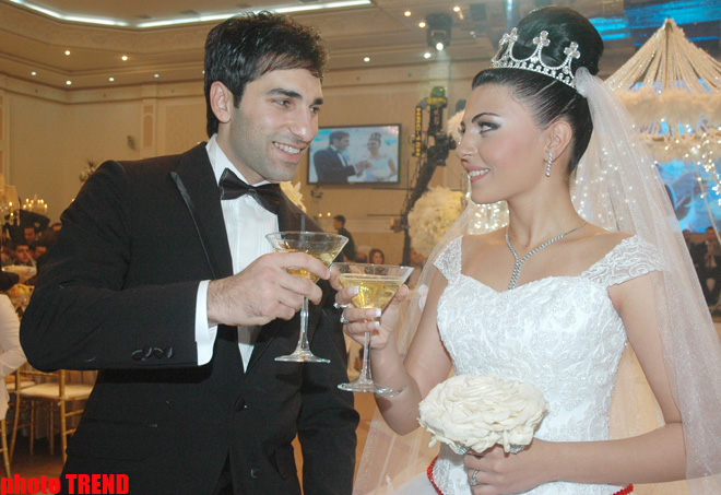 seks-video-azerbaydzhantsi-svadbengiy-noch-s-nevestoy-uvelich-zhir-siski