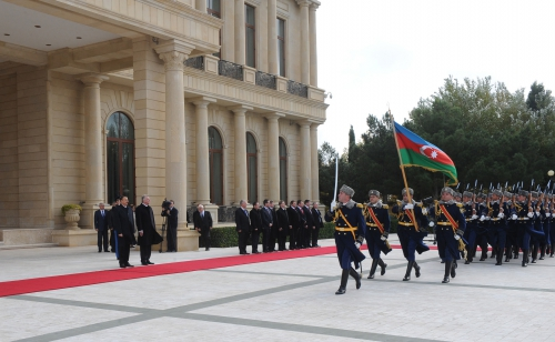 Hungarian President officially welcomed to Azerbaijan (PHOTO)