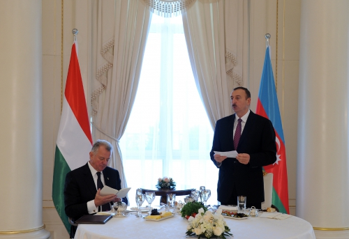 Azerbaijani President hosts official reception in honor of Hungarian counterpart (PHOTO)