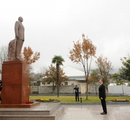 President Ilham Aliyev visits monument to national leader Heydar Aliyev in Shaki (PHOTO)