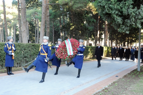 Azerbaijani President pays tribute to national leader Heydar Aliyev (PHOTO)