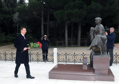President Ilham Aliyev and his family members visit Alley of Honors (PHOTO)