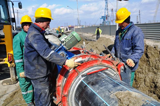 В бакинском поселке началось строительство нового водопровода (ФОТО)