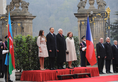 Praqada Azərbaycan Prezidenti İlham Əliyevin rəsmi qarşılanma mərasimi olub (FOTO)