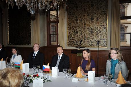 Praqada Azərbaycan Prezidentinin şərəfinə nahar verilib (FOTO)