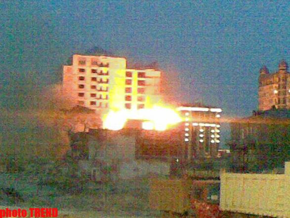 Bakının mərkəzində bina yanır (FOTO)