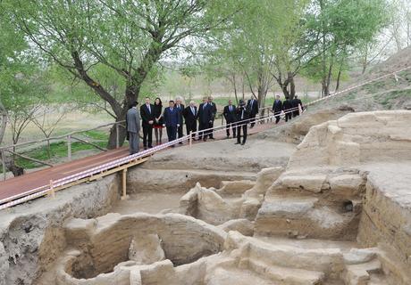 İlham Əliyev Tovuz rayonu ərazisində Göytəpə neolit dövrü arxeoloji abidəsi ilə tanış olub (FOTO)