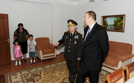 İlham Əliyev Müdafiə Nazirliyinin yeni yaşayış kompleksinin açılışında iştirak edib (FOTO)