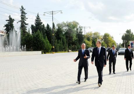 Prezident İlham Əliyev Yevlaxda ümummilli lider Heydər Əliyevin abidəsini ziyarət edib (FOTO)