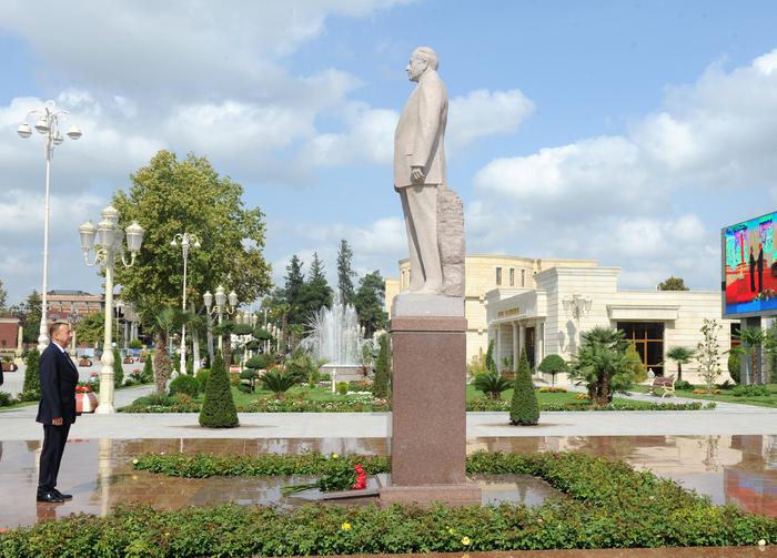 İlham Əliyev Bərdədə ümummilli lider Heydər Əliyevin abidəsini ziyarət edib (FOTO)