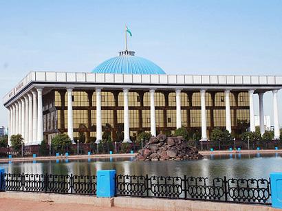 Президент Атамбаев сгосвизитом прибыл вУзбекистан, ваэропорту его встретил Мирзиеев