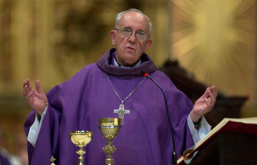Roma papasından etiraf: Dua edərkən məni yuxu tutur