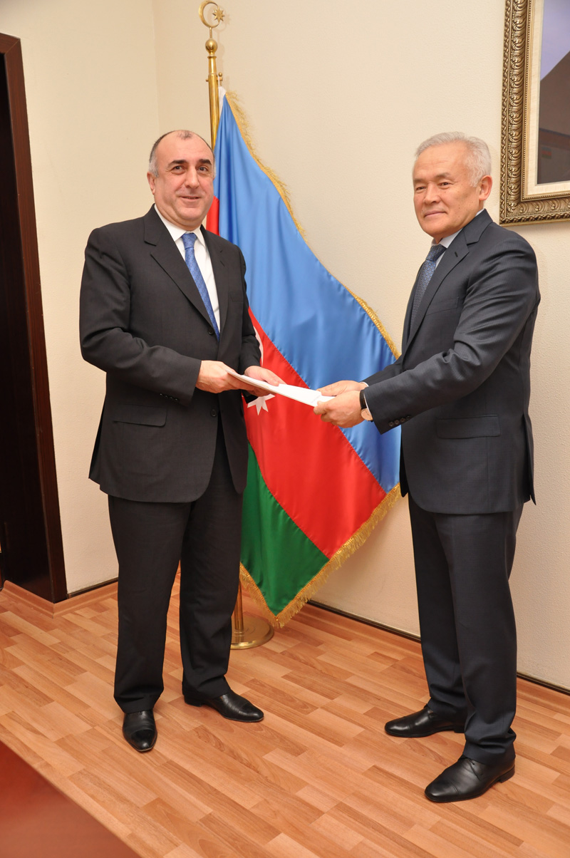 Kazakh Ambassador presents credentials to Azerbaijani Foreign Minister (PHOTO)