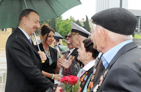 Президент Азербайджана и его супруга приняли участие в торжественной церемонии по случаю Дня Победы над фашизмом (версия 2) (ФОТО)