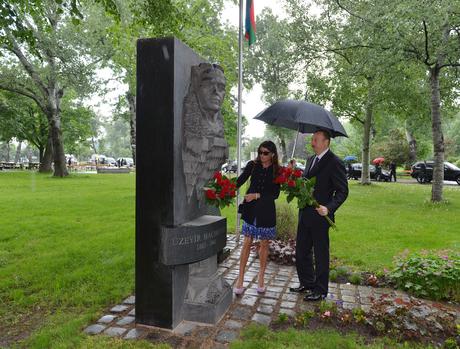 Президент Азербайджана и его супруга посетили памятник Узеиру Гаджибейли в Вене (ФОТО)