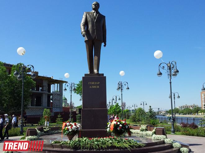 В Астрахани прошла церемония возложения цветов к памятнику общенациональному лидеру Азербайджана Гейдару Алиеву (ФОТО)