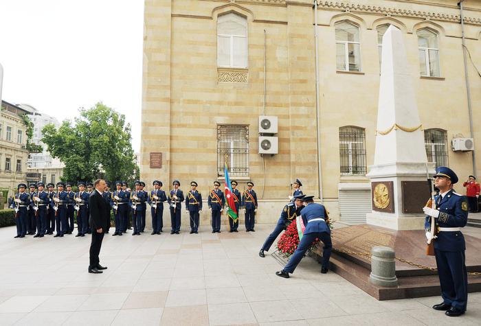 Президент Ильхам Алиев посетил монумент, воздвигнутый в честь Азербайджанской Демократической Республики (ФОТО)