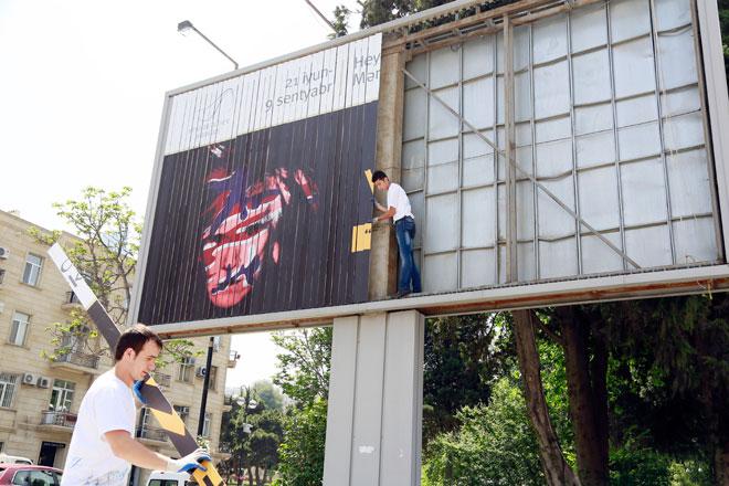 Endi Vorholun sərgisinin banerləri Bakıda (FOTO)
