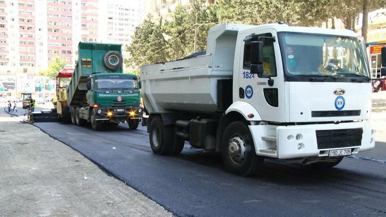 На одной из улиц Баку проводятся ремонтные работы (ФОТО)
