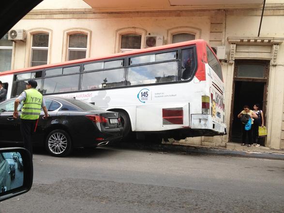 Bakıda sərnişin avtobusu qəza törədib (FOTO)
