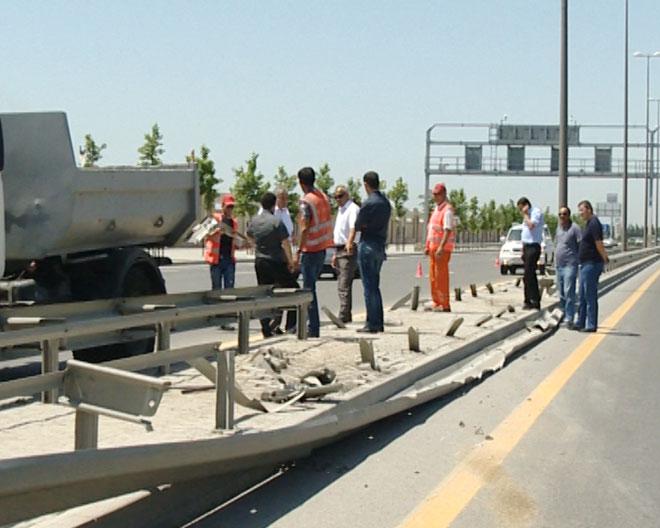 Bakıda qəza nəticəsində yol infrastrukturuna ciddi ziyan vurulub (FOTO)