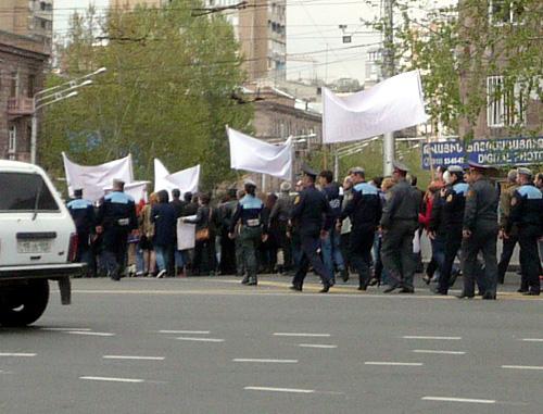 Yerevanda etirazçılar yolu bağladı