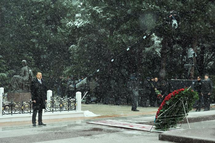 Azerbaijani president pays tribute to national leader Heydar Aliyev (PHOTO)