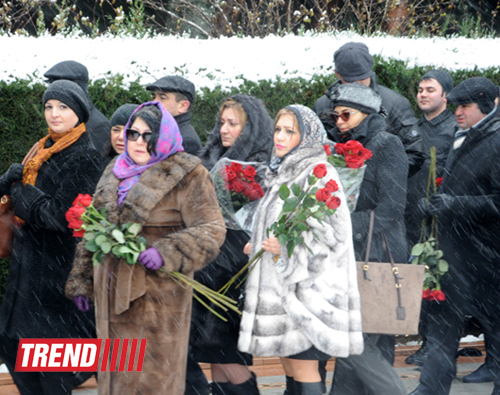 Azerbaijani public visits Alley of Honor on 10th anniversary of Heydar Aliyev's death (PHOTO) (UPDATE)