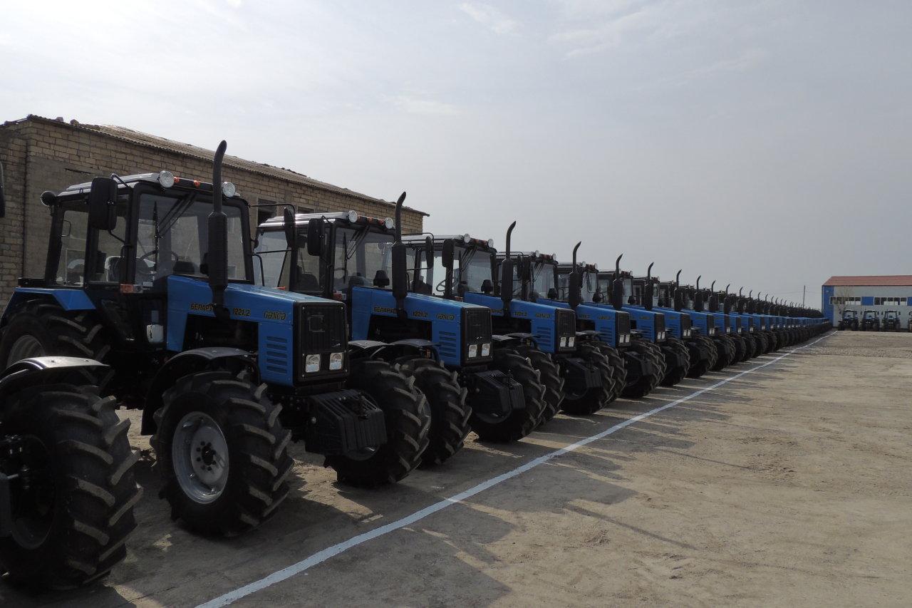 Kənd təsərrüfatı naziri Yevlaxda yeni traktorlara baxış keçirib  (FOTO)
