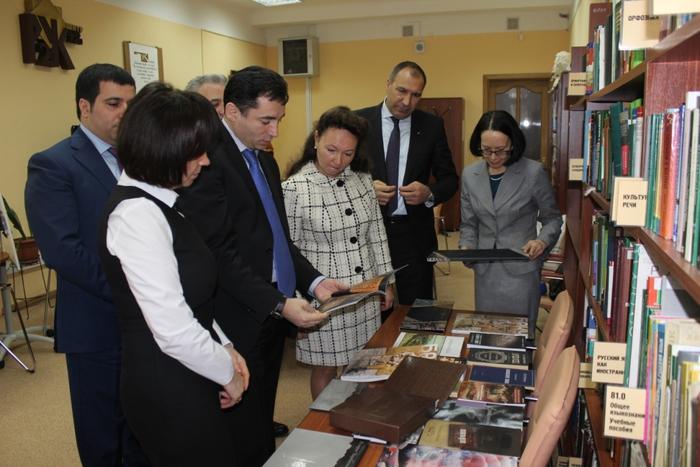 От имени вице-президента Фонда Гейдара Алиева Лейлы Алиевой Новосибирской научной библиотеке подарены книги об Азербайджане (ФОТО)