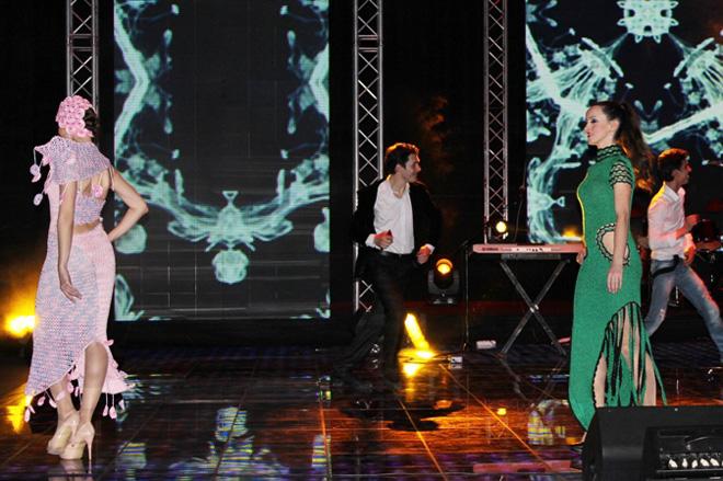 """Коллекция вязанных платьев ручной работы Гюльнары Халиловой """"Волшебные петли"""" на сцене """"Univision"""" (ФОТО)"""