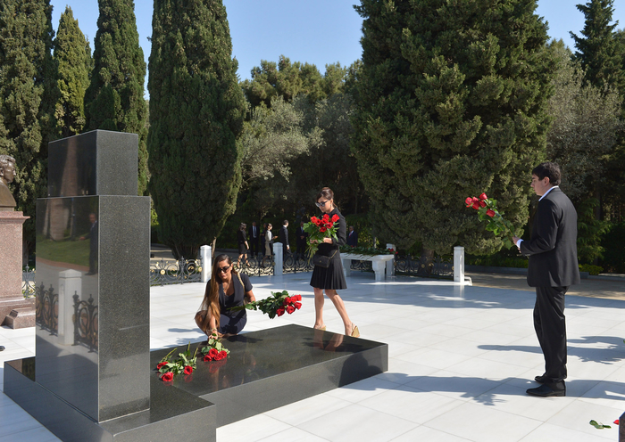 Ilham Aliyev, his spouse pay tribute to Azerbaijani national leader Heydar Aliyev (UPDATE)